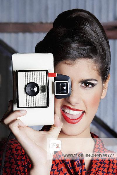 Frau Aufnahme eines Bildes mit einer Kamera mund