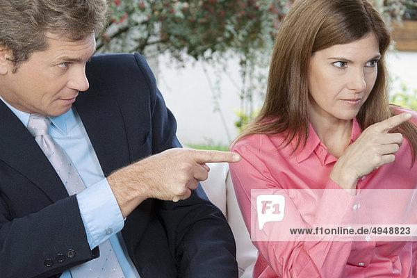 Kaufmann und zeigen mit Fingern geschäftsfrau