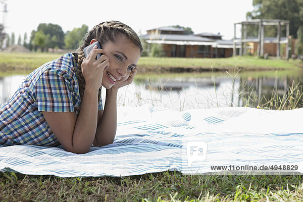 Frau Gespräch auf einem Mobiltelefon