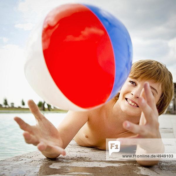 Strand Junge - Person Beckenrand Ball Spielzeug spielen