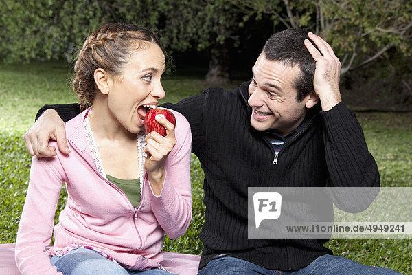 Paar Picknick im Park genießen