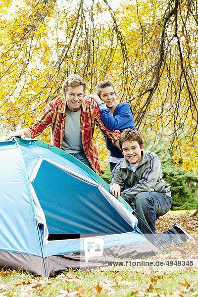 Mann mit ihren Kindern außerhalb einer Kuppel-Zelt