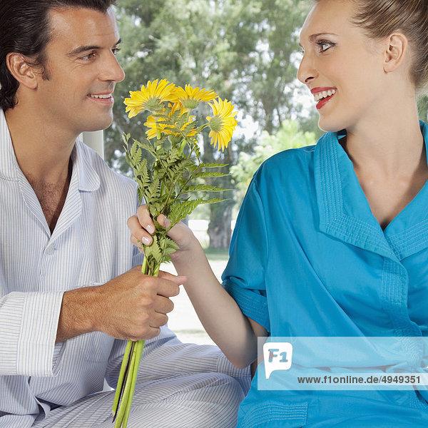 Mann geben Ehefrau Blume Bett Mann,geben,Ehefrau,Blume,Bett