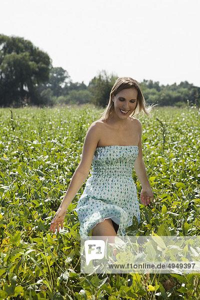 Frau genießen in einem Feld Frau genießen in einem Feld
