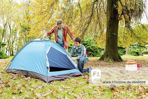Mann mit seinem Sohn Vorbereitung eine Zelt