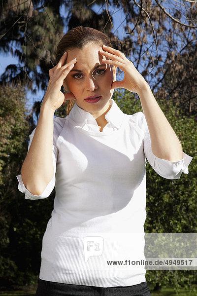 Geschäftsfrau Kopfschmerzen leiden