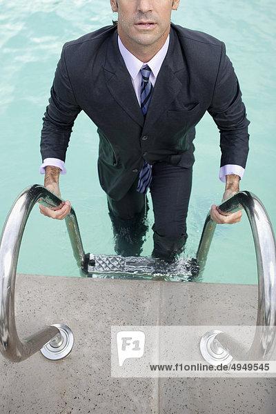 Geschäftsmann Schwimmbad aussteigen Geschäftsmann,Schwimmbad,aussteigen