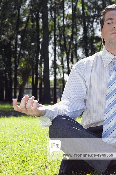 Kaufmann meditieren in einem park Kaufmann meditieren in einem park