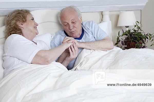 Paar liegend im Bett und romancing