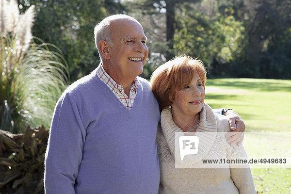 Paar genießt in einem park