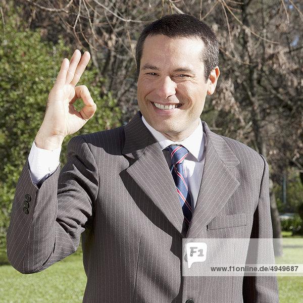 Portrait eines Kaufmanns machen ok Geste Portrait eines Kaufmanns machen ok Geste