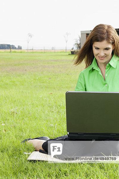 Geschäftsfrau arbeiten auf einem laptop Geschäftsfrau arbeiten auf einem laptop
