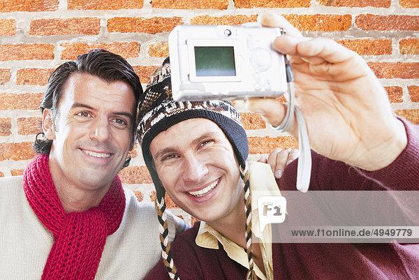 Zwei Freunde ein Bild von sich selbst mit einer Digitalkamera Zwei Freunde ein Bild von sich selbst mit einer Digitalkamera