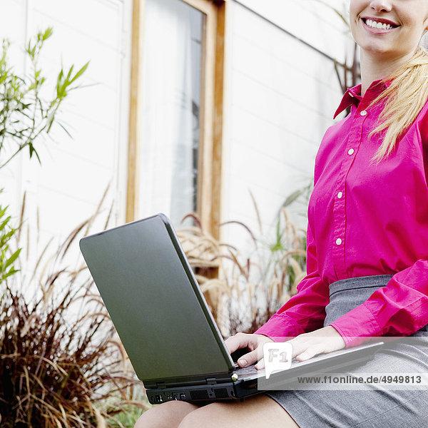 Geschäftsfrau Notebook arbeiten Garten Hinterhof Geschäftsfrau,Notebook,arbeiten,Garten,Hinterhof