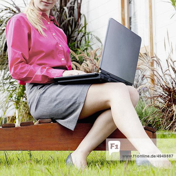 Geschäftsfrau Notebook arbeiten Garten Hinterhof