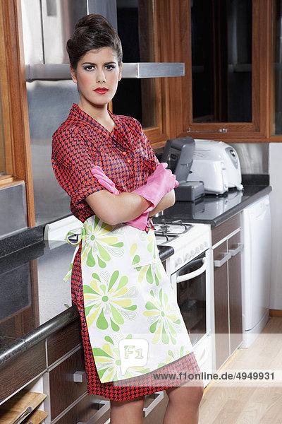 Frau stehend in der Küche Frau stehend in der Küche