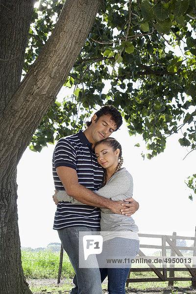 verliebtes Paar in einem Feld