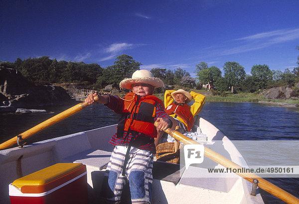 Mutter und Sohn Bootfahren auf See