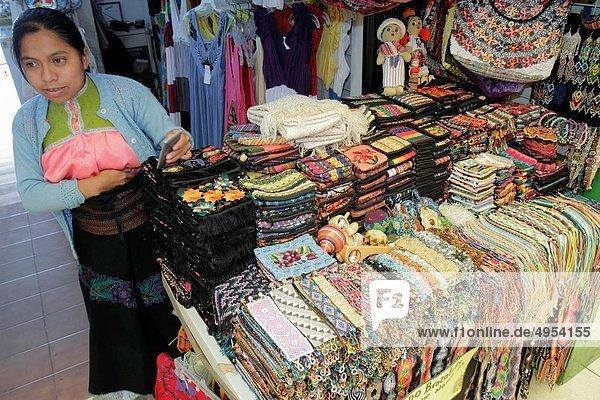 Verkäufer Frau Hispanier Stoff kaufen for sale Souvenir Mexiko Puppe Ethnisches Erscheinungsbild Souvenirladen Business basteln Quintana Roo