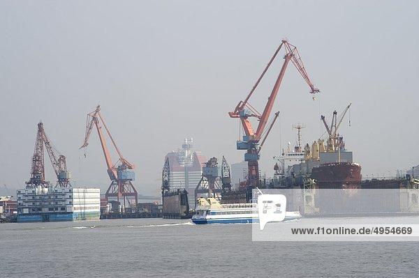 Commercial Docks mit Kränen