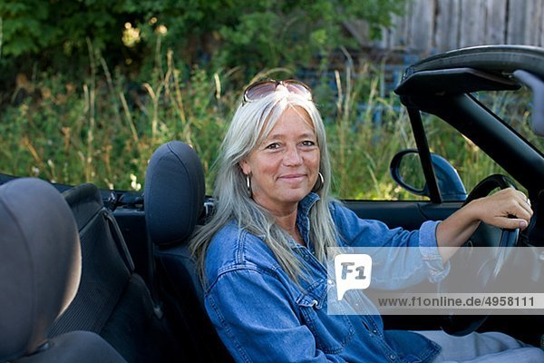 Frau nackt mit auto