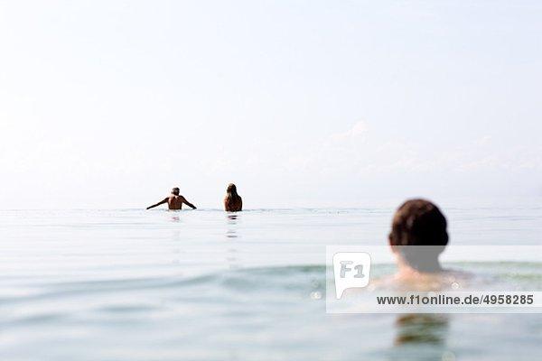 Mann und Frau mit Mädchen in See