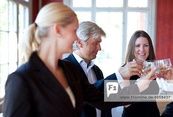 Drei Mitarbeiter feiern in office