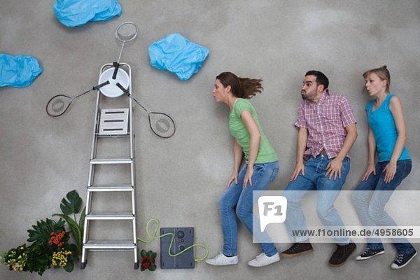 Mann und Frau blasen Windmühle