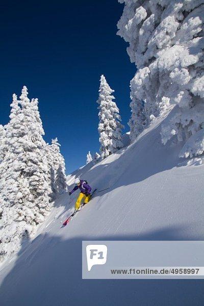 Österreich  Tirol  Kitzbühel  Junge Frau beim Skifahren