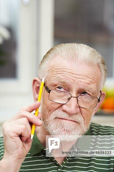 Ein Mann  der einen Bleistift  Schweden hält.