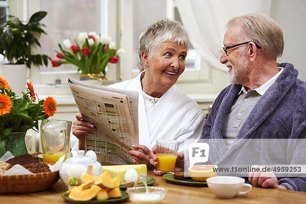 Ein Mann und eine Frau dem Frühstück  Schweden.