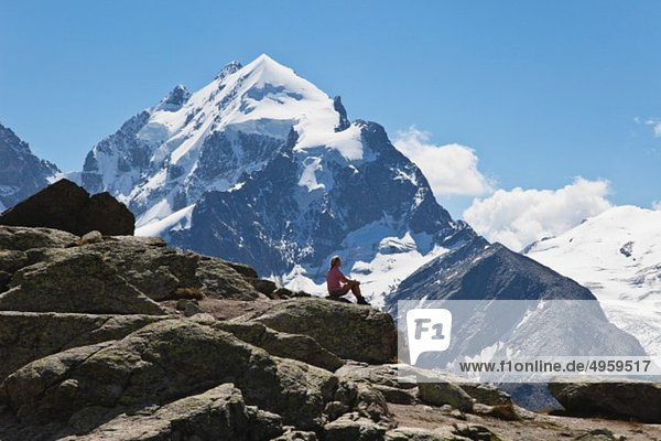 Europa  Schweiz  Graubünden  Südengadiner Alpen  Oberengadin  Reife Frau im Ruhestand