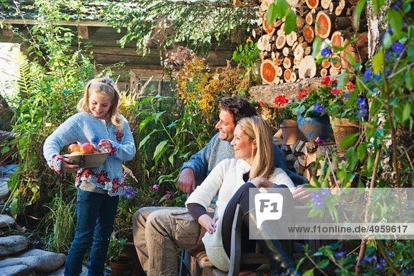 Österreich  Salzburg  Flachau  Familie im Bauerngarten