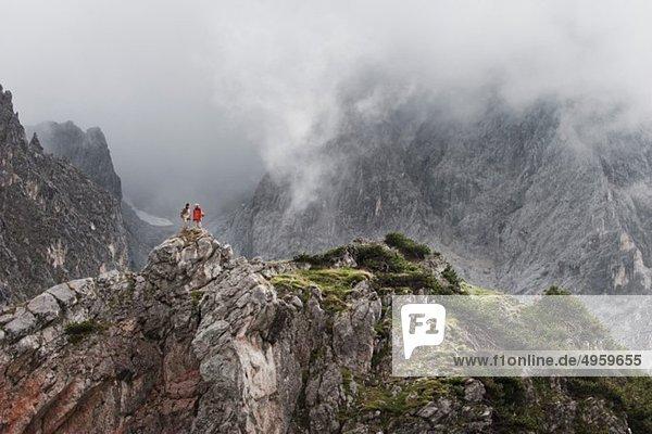 Österreich  Salzburger Land  Filzmoos  Paar auf dem Berg stehend