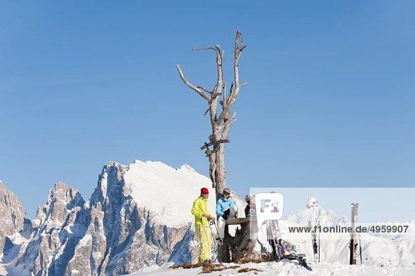 Italien  Trentino-Südtirol  Südtirol  Bozen  Seiser Alm  Menschen in der Nähe von kahlen Bäumen auf verschneiter Landschaft