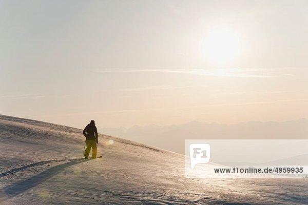 Italien  Trentino-Südtirol  Südtirol  Bozen  Seiser Alm  Mittelalterlicher Mann auf Skitour am Vormittag