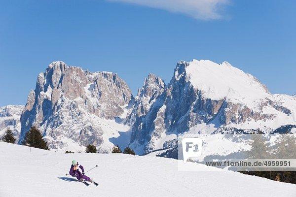 Italien  Trentino-Südtirol  Südtirol  Bozen  Seiser Alm  Mittelalterliche Skifahrerinnen