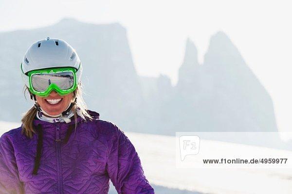 Italien  Trentino-Südtirol  Südtirol  Bozen  Seiser Alm  Junge Frau mit Skihelm und Skibrille