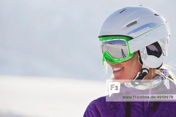 Italien  Trentino-Südtirol  Südtirol  Bozen  Seiser Alm  Junge Frau mit Skihelm und Skibrille  lächelnd  Nahaufnahme