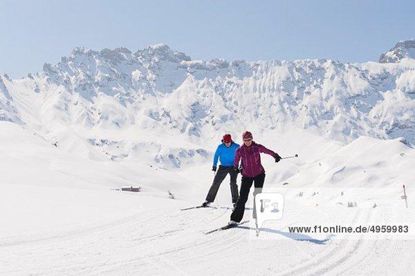 Italien  Trentino-Südtirol  Südtirol  Bozen  Seiser Alm  Mann und Frau beim Skilanglauf
