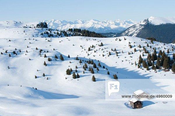 Österreich  Südtirol  Blick auf Hütten in verschneiten Bergen