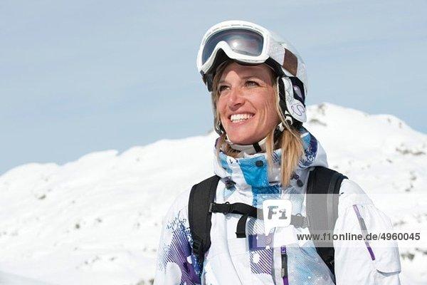 Österreich,  Kleinwalsertal,  Junge Frau mit Skibrille,  lächelnd