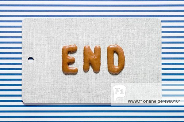 Wort Ende geschrieben mit russischem Brot auf Teller  Nahaufnahme