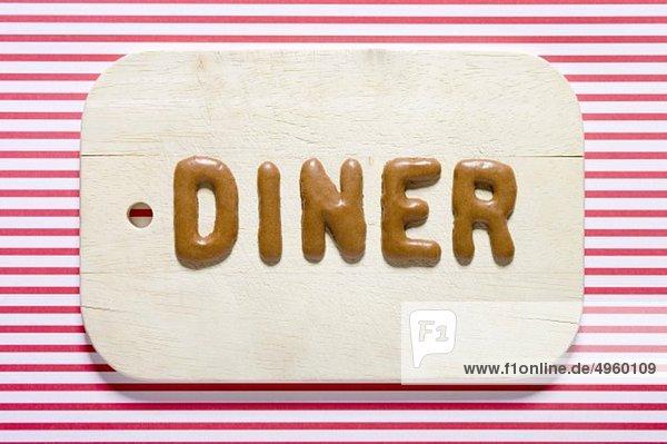 Word Diner mit russischem Brot auf Teller  Nahaufnahme