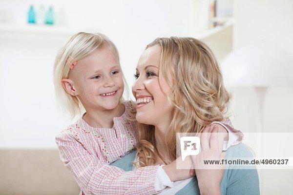 Deutschland  Bayern  München  Tochter umarmt Mutter  lachend