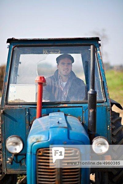 Kroatien  Baranja  Junger Mann fährt Traktor