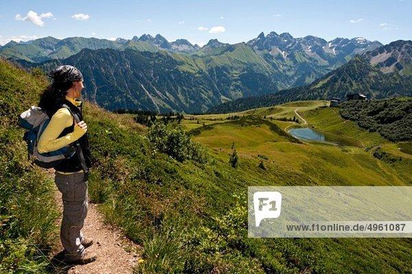 Allgäuer Alpen  Frau stehend mit Blick auf die Aussicht