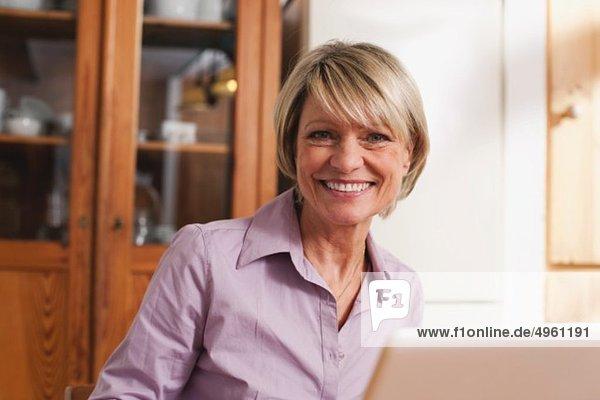 Seniorin mit Laptop  lächelnd  Portrait