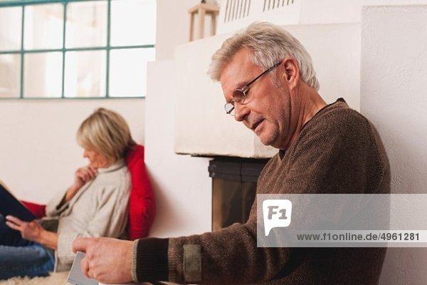 Deutschland  Kratzeburg  Seniorenpaar Lesebuch
