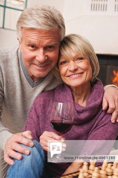 Deutschland  Kratzeburg  Seniorenpaar mit Weinglas und Schachbrett
